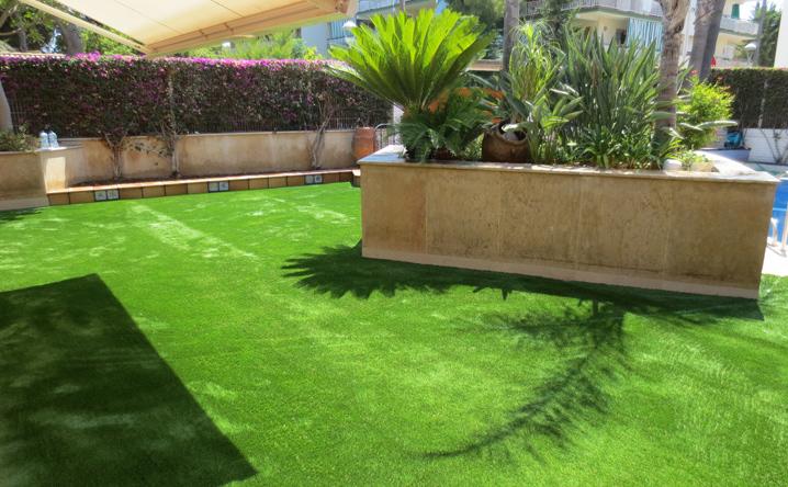 Jard n con c sped artificial en vilanova jardinero l 39 espigol - Jardin con cesped artificial ...