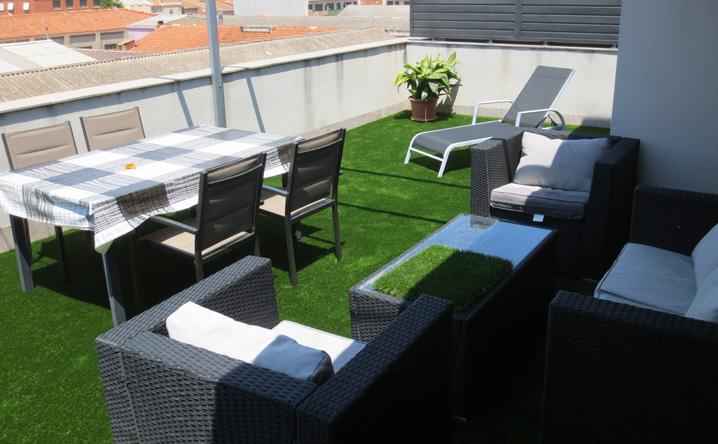 Reforma y decoracin de terraza con cesped artificial Jardinero L