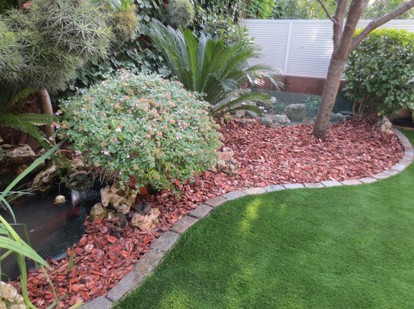 Decoraci n de patio con cesped artificial jardinero l 39 espigol - Cesped artificial terraza ...
