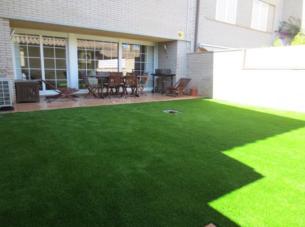 Terraza con cesped artificial jardinero l 39 espigol - Cesped artificial terraza ...