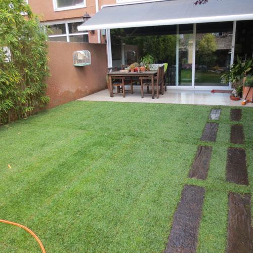 Instalaci n de c sped en paneles en jard n jardiner a l for Jardineria barcelona