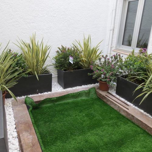 Jardineras interiores con c sped artificial jardiner a l for Jardineria exterior con guijarros