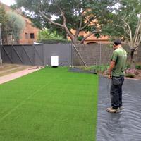 Instalaci n c sped artificial jardiner a l espigol en - Poner cesped artificial sobre tierra ...