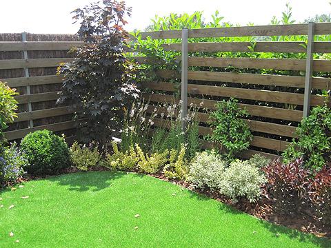 Jardines con cesped artificial top en definitiva el csped for Jardines con cesped